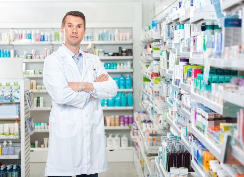 Βέβαια μόνιμα όπλα φαρμακοποιών που διασχίζονται μέσα στοκ φωτογραφία