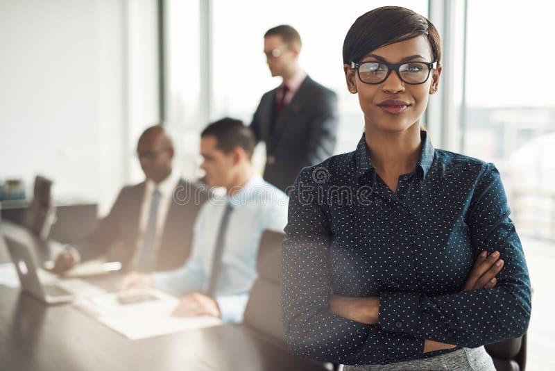 Βέβαια νέα αφρικανική επιχειρηματίας στοκ εικόνες