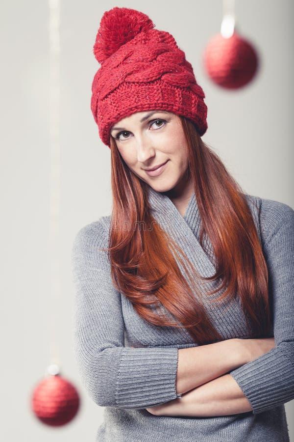 Βέβαια νέα γυναίκα με τα μπιχλιμπίδια Χριστουγέννων στοκ εικόνα