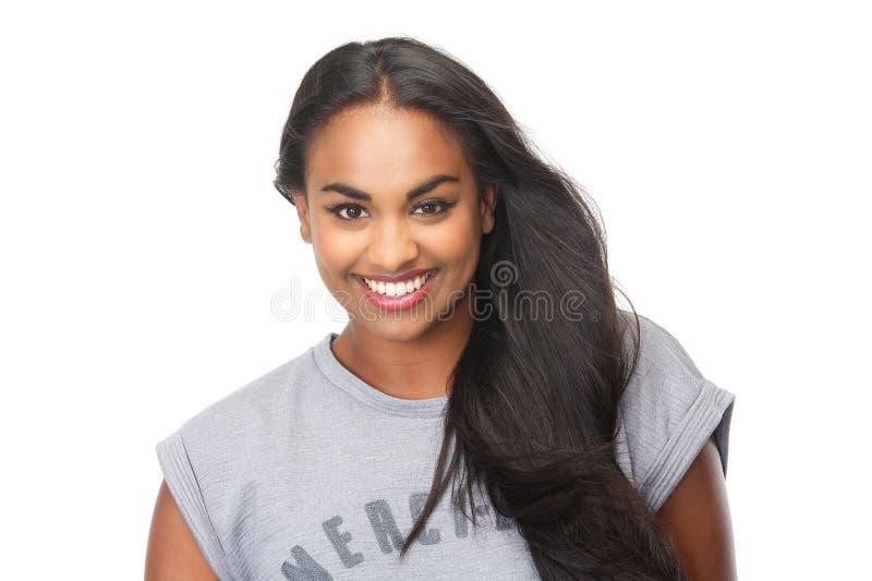 Βέβαια νέα γυναίκα που χαμογελά στο απομονωμένο άσπρο υπόβαθρο στοκ φωτογραφίες
