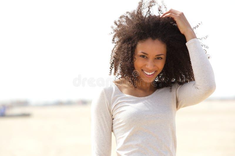 Βέβαια νέα γυναίκα που χαμογελά υπαίθρια στοκ εικόνα
