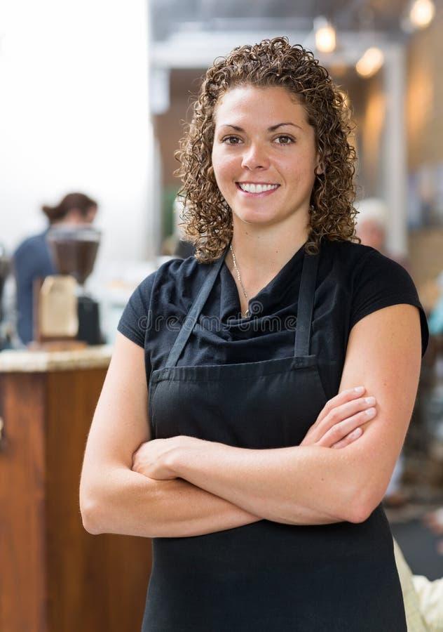 Βέβαια σερβιτόρα στην καφετέρια στοκ εικόνες με δικαίωμα ελεύθερης χρήσης