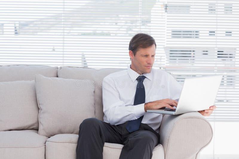 Βέβαια συνεδρίαση επιχειρηματιών στον καναπέ στοκ φωτογραφίες