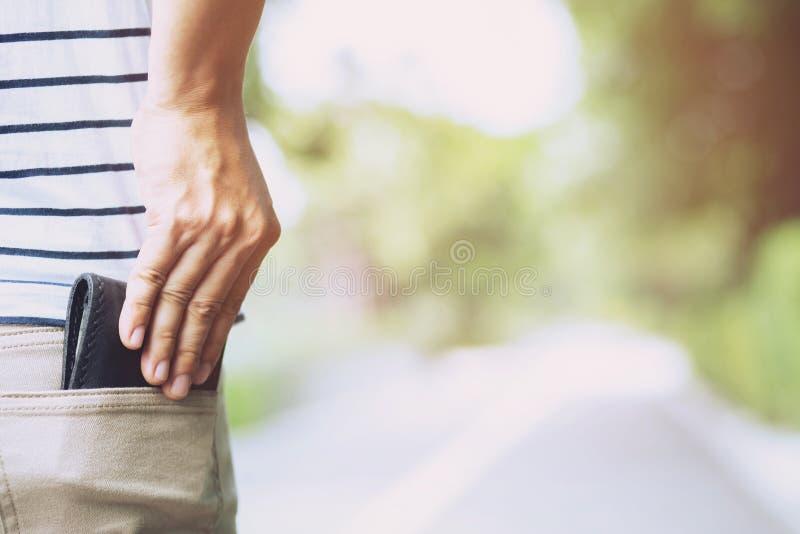 Βέβαια τοποθέτηση ατόμων στο χρηματοκιβώτιο που κρατά το πορτοφόλι σας στην πίσω τσέπη στοκ φωτογραφία με δικαίωμα ελεύθερης χρήσης