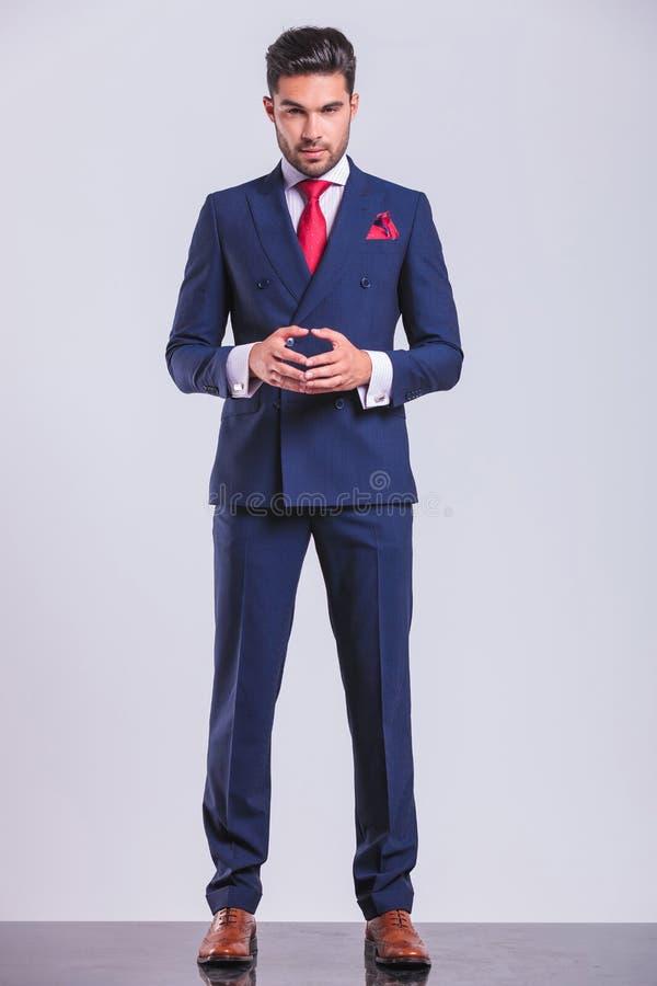 Download Βέβαια τοποθέτηση επιχειρησιακών ατόμων που στέκεται και σχετικά με τους φοίνικες Στοκ Εικόνα - εικόνα από αρσενικό, επιχείρηση: 62721291