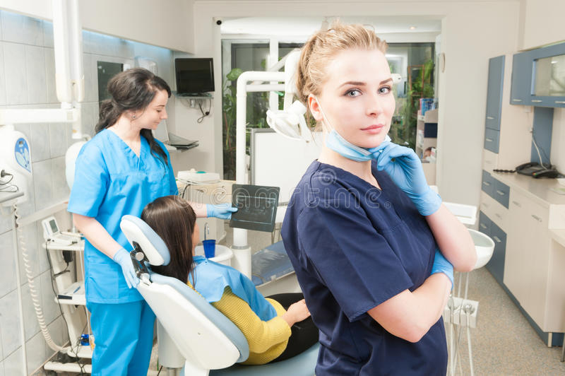 Βέβαια τοποθέτηση οδοντιάτρων γυναικών με τη θηλυκή βοηθητική εκμετάλλευση Χ-ρ στοκ φωτογραφίες με δικαίωμα ελεύθερης χρήσης