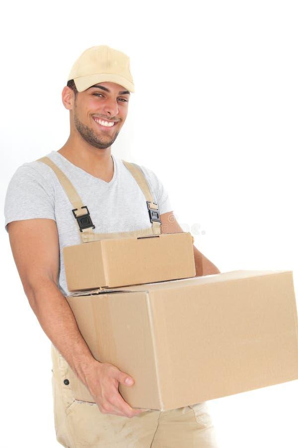 Βέβαια φέρνοντας κουτιά από χαρτόνι νεαρών άνδρων στοκ εικόνες