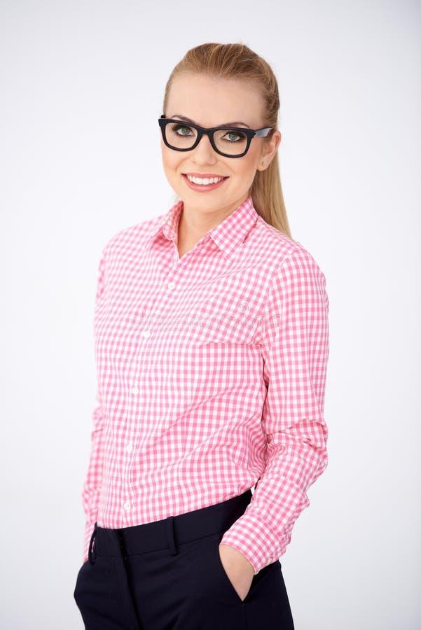 Βέβαια χαλαρωμένη γυναίκα στα γυαλιά στοκ εικόνες με δικαίωμα ελεύθερης χρήσης