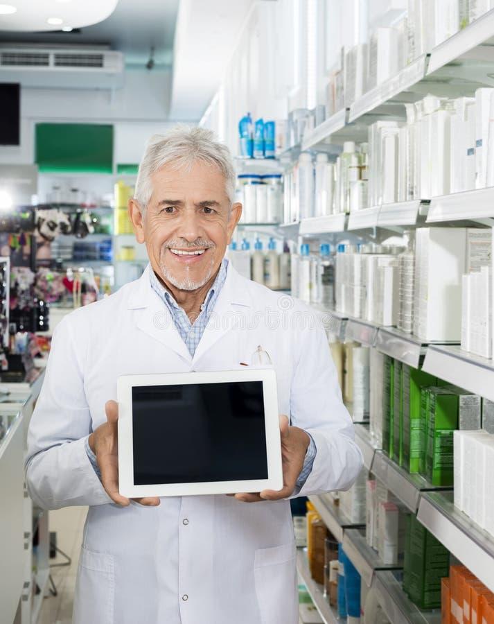 Βέβαια ψηφιακή ταμπλέτα εκμετάλλευσης φαρμακοποιών με την κενή οθόνη στοκ εικόνα με δικαίωμα ελεύθερης χρήσης