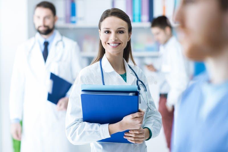 Βέβαιες θηλυκές ιατρικές αναφορές εκμετάλλευσης γιατρών στοκ φωτογραφίες
