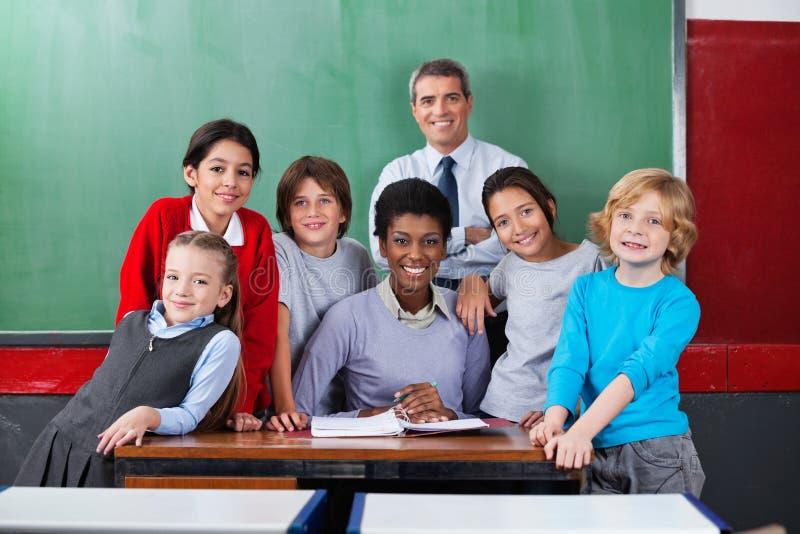 Βέβαιοι δάσκαλοι με τους μαθητές μαζί στοκ εικόνες
