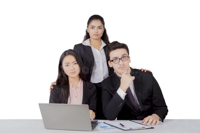 Βέβαιοι διεθνείς επιχειρηματίες που απομονώνονται πέρα από το άσπρο υπόβαθρο στοκ φωτογραφία με δικαίωμα ελεύθερης χρήσης