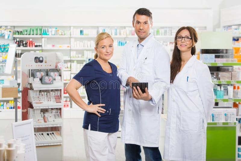 Βέβαιοι φαρμακοποιοί με την ψηφιακή στάση ταμπλετών στοκ φωτογραφία με δικαίωμα ελεύθερης χρήσης
