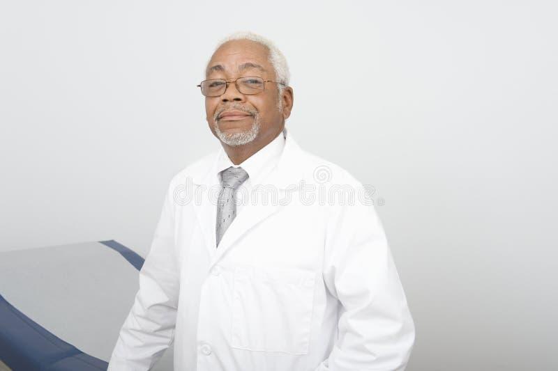 Βέβαιος αρσενικός γιατρός στην κλινική στοκ φωτογραφία με δικαίωμα ελεύθερης χρήσης