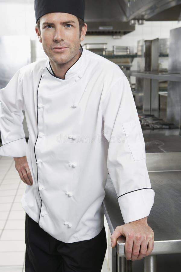 Βέβαιος αρχιμάγειρας στην κουζίνα στοκ εικόνες