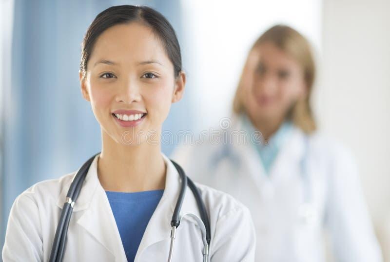 Βέβαιος ασιατικός γιατρός που χαμογελά στην κλινική στοκ φωτογραφία με δικαίωμα ελεύθερης χρήσης