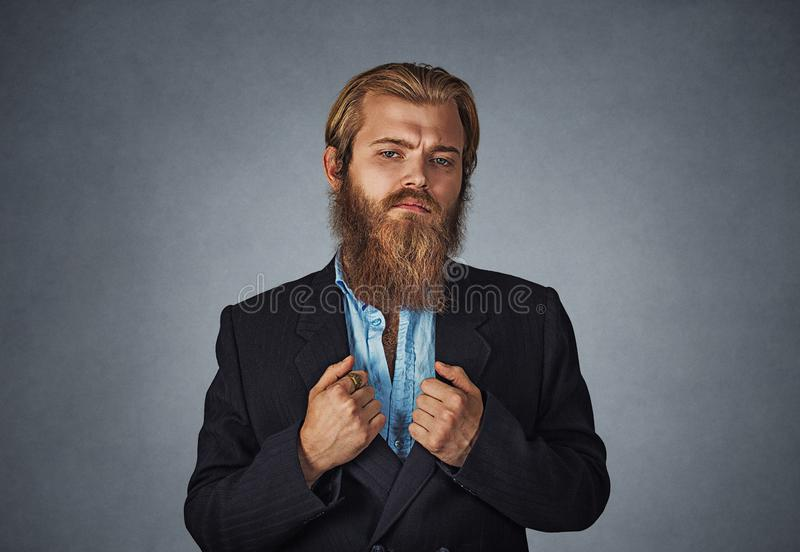 Βέβαιος γενειοφόρος επιχειρηματίας hipster στοκ εικόνες