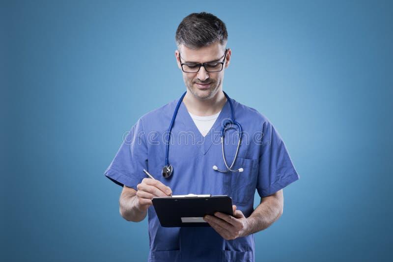 Βέβαιος γιατρός με την περιοχή αποκομμάτων στοκ φωτογραφία με δικαίωμα ελεύθερης χρήσης