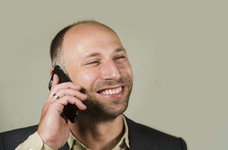 Βέβαιος επιτυχής επιχειρηματίας που μιλά στο κινητό τηλέφωνο που έχει την επιχειρησιακή συνομιλία με το χαμόγελο κινητών τηλεφώνω στοκ φωτογραφία με δικαίωμα ελεύθερης χρήσης