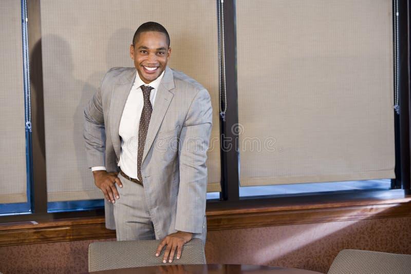 Βέβαιος επιχειρηματίας αφροαμερικάνων στο κοστούμι στοκ εικόνες
