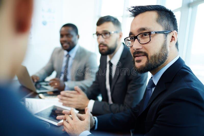 Βέβαιος επιχειρηματίας που διοργανώνει τη συζήτηση προγράμματος στοκ εικόνα
