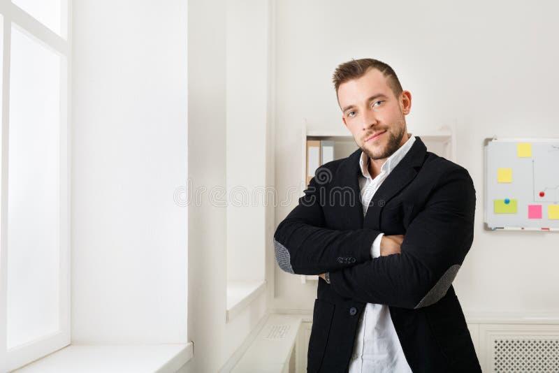 Βέβαιος επιχειρηματίας στο γραφείο κοντά στο παράθυρο στοκ φωτογραφία με δικαίωμα ελεύθερης χρήσης