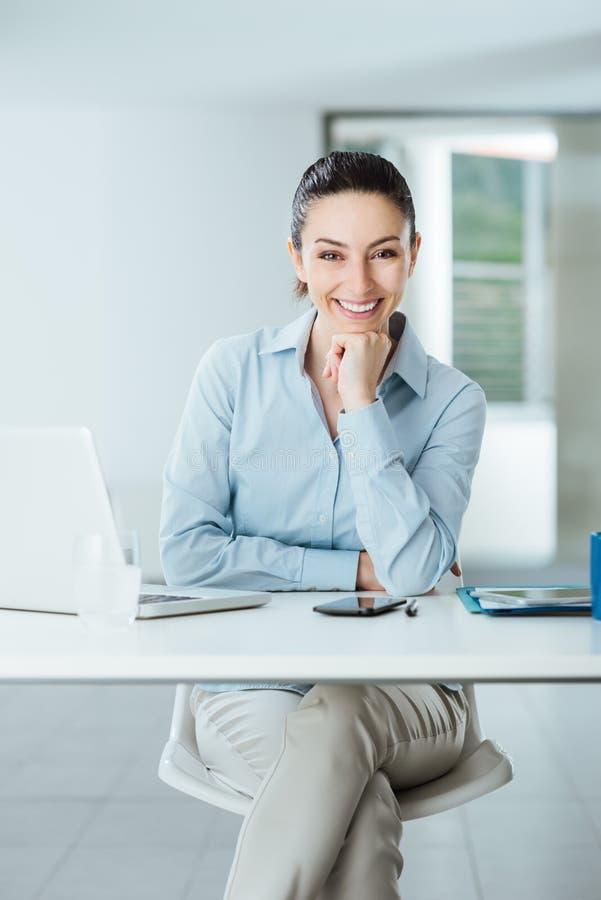 Βέβαιος θηλυκός διευθυντής στην τοποθέτηση γραφείων στοκ εικόνα
