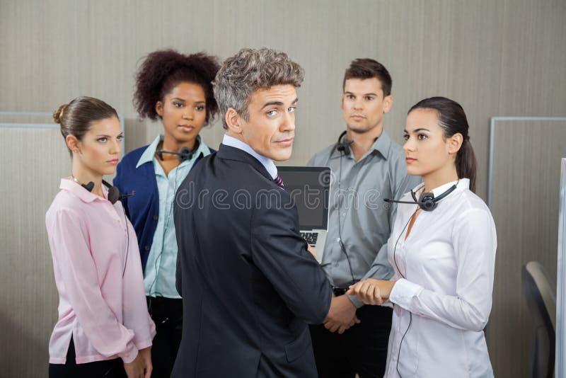 Βέβαιος διευθυντής στη συνεδρίαση με τους υπαλλήλους στοκ φωτογραφία με δικαίωμα ελεύθερης χρήσης