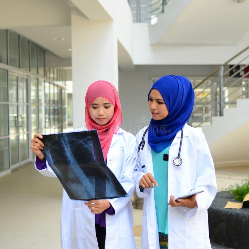 Βέβαιος μουσουλμανικός φοιτητής Ιατρικής στοκ φωτογραφία