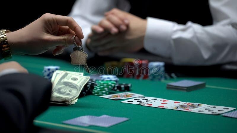 Βέβαιος παίκτης πόκερ επιχειρηματιών που στοιχηματίζει όλη την ιδιοκτησία στο επικίνδυνο παιχνίδι, παιχνίδι στοκ εικόνα