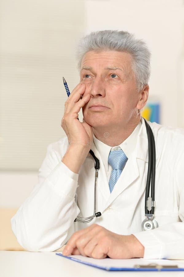 βέβαιος πρεσβύτερος γιατρών στοκ εικόνα