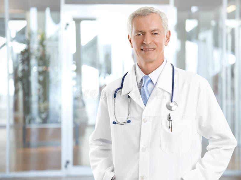 βέβαιος πρεσβύτερος γιατρών στοκ φωτογραφίες