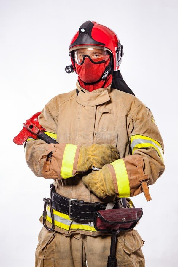 Βέβαιος πυροσβέστης σε ομοιόμορφο στο λευκό στοκ εικόνες