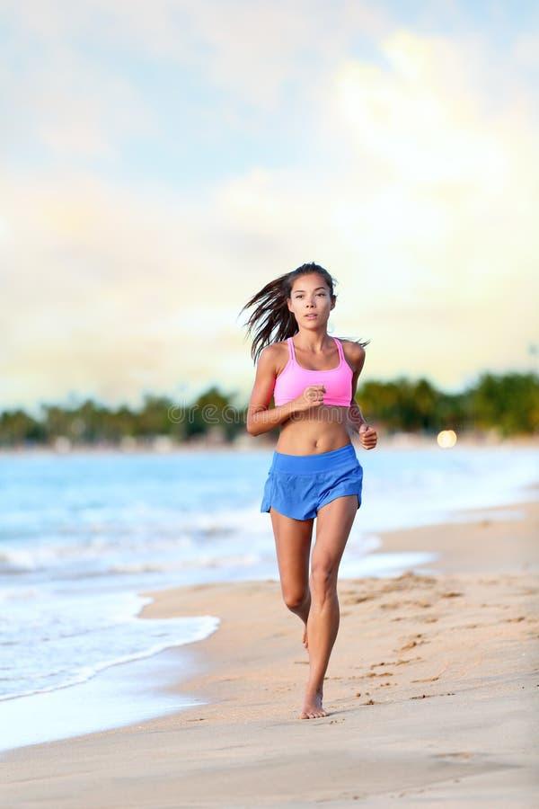 Βέβαιος δρομέας Jogging γυναικών στην ακτή παραλιών στοκ φωτογραφία με δικαίωμα ελεύθερης χρήσης