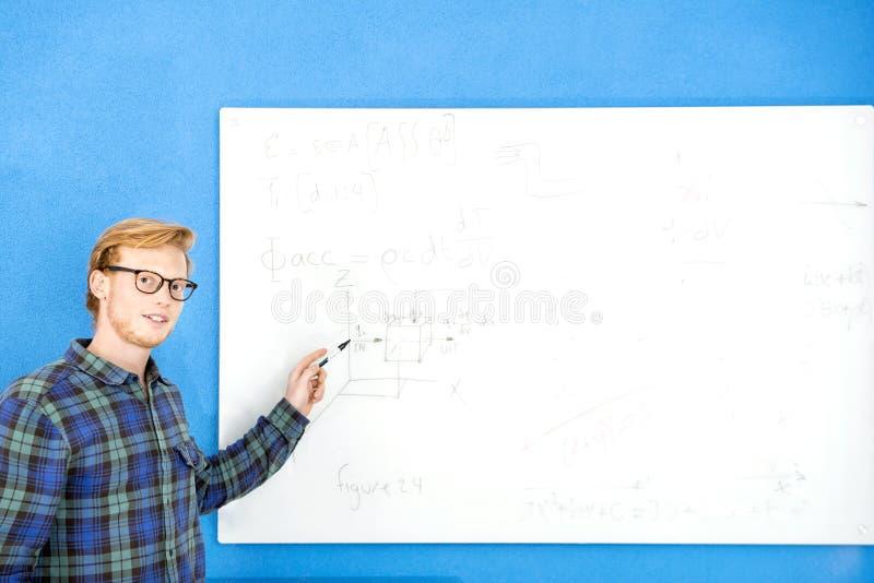 Βέβαιος σχεδιαστής που εξηγεί το σχέδιο στην αρχή στοκ εικόνες με δικαίωμα ελεύθερης χρήσης