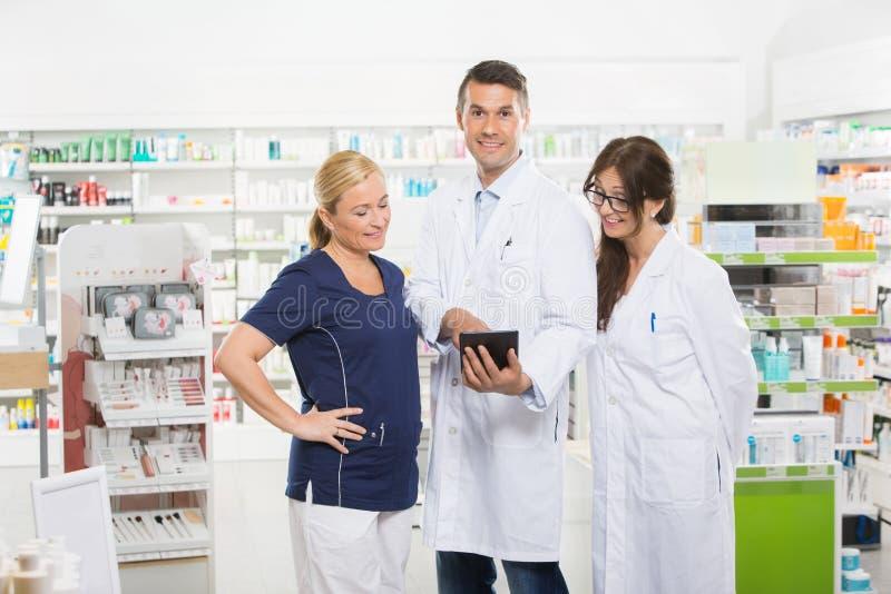 Βέβαιος φαρμακοποιός που χρησιμοποιεί την ψηφιακή ταμπλέτα με στοκ εικόνες