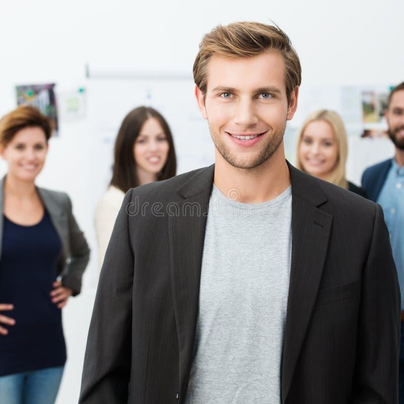 Βέβαιος χαμογελώντας νέος επιχειρηματίας στοκ εικόνα με δικαίωμα ελεύθερης χρήσης