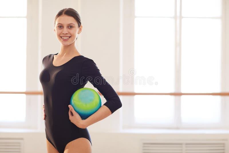 Βέβαιος gymnast με τη σφαίρα στοκ φωτογραφία με δικαίωμα ελεύθερης χρήσης
