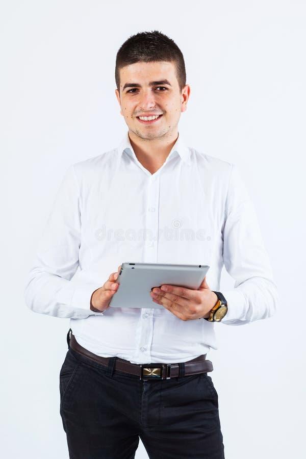 Βέβαιο άτομο που χρησιμοποιεί την ταμπλέτα στοκ φωτογραφία με δικαίωμα ελεύθερης χρήσης