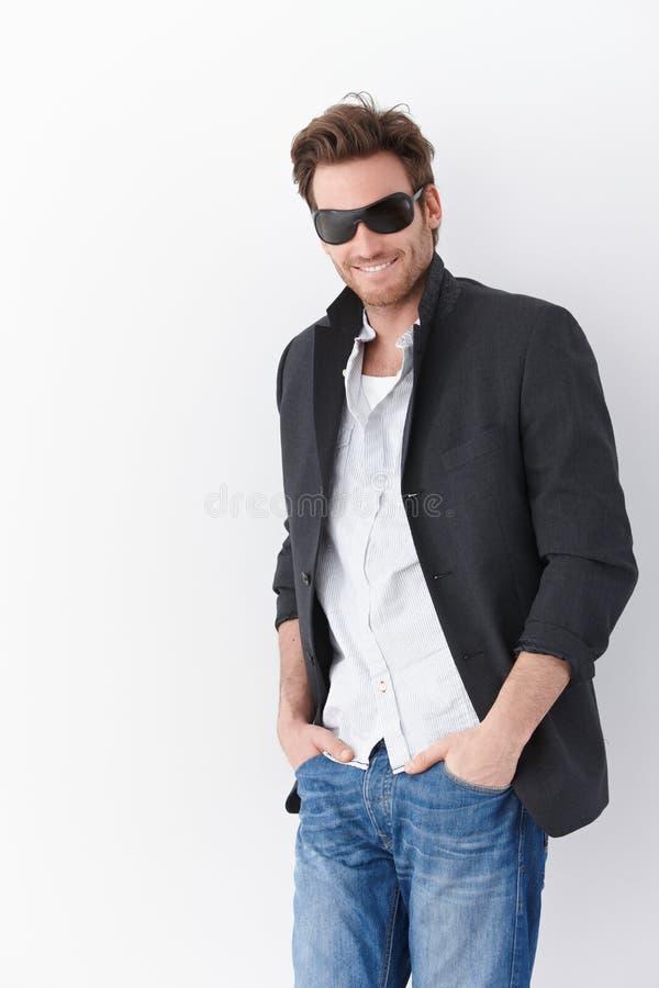 Βέβαιο άτομο στο χαμόγελο γυαλιών ηλίου στοκ φωτογραφία με δικαίωμα ελεύθερης χρήσης