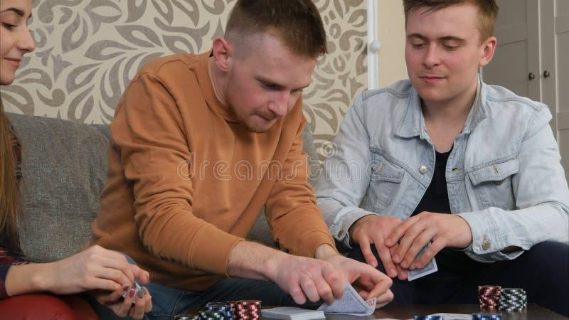 Βέβαιο αγόρι εφήβων που χάνει ένα παιχνίδι πόκερ στοκ φωτογραφία με δικαίωμα ελεύθερης χρήσης