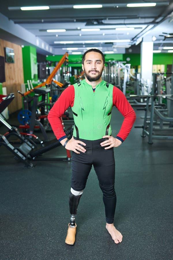 Βέβαιο ανάπηρο άτομο στη γυμναστική στοκ φωτογραφία