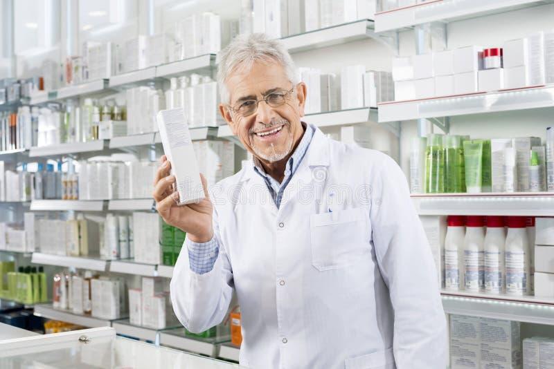 Βέβαιο κιβώτιο ιατρικής εκμετάλλευσης φαρμακοποιών στο φαρμακείο στοκ φωτογραφίες