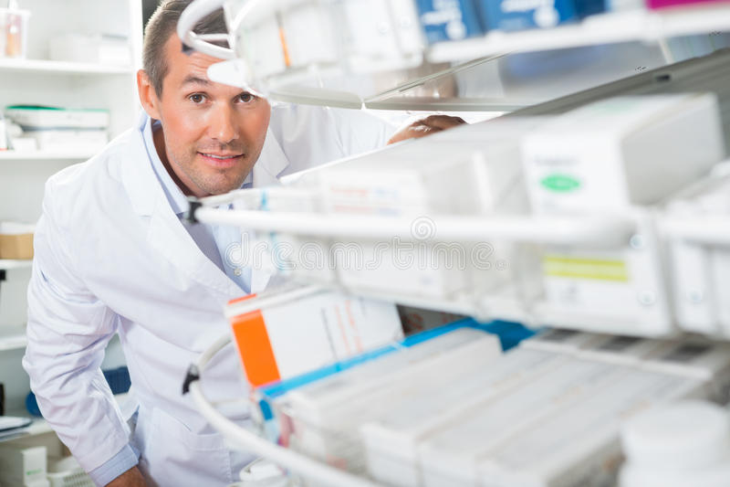 Βέβαιο μετρώντας απόθεμα φαρμακοποιών στο φαρμακείο στοκ φωτογραφία με δικαίωμα ελεύθερης χρήσης