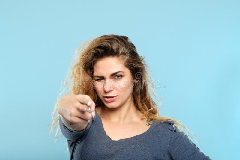 Βέβαιο σαγηνευτικό να στοχεύσει πυροβόλων όπλων δάχτυλων γυναικών στοκ φωτογραφία με δικαίωμα ελεύθερης χρήσης