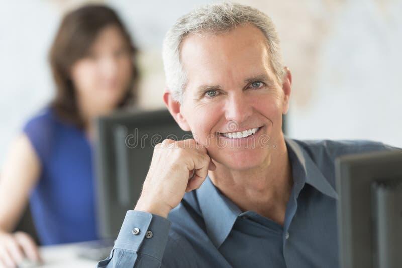 Βέβαιο χαμόγελο επιχειρηματιών στην αρχή στοκ φωτογραφίες