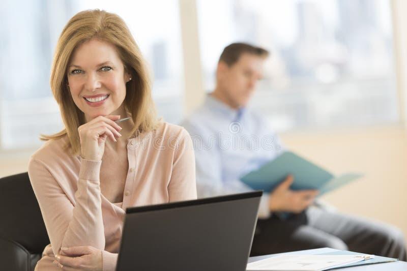Βέβαιο χαμόγελο επιχειρηματιών στην αρχή στοκ φωτογραφία με δικαίωμα ελεύθερης χρήσης