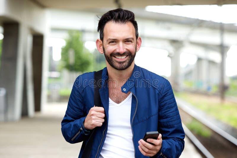 Βέβαιο ώριμο άτομο που στέκεται στο σιδηροδρομικό σταθμό στοκ εικόνες