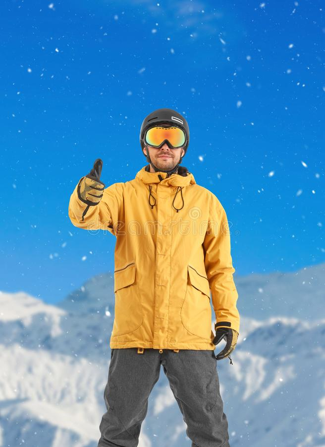 Βέβαιο snowboarder που εξετάζει τη κάμερα στοκ φωτογραφίες