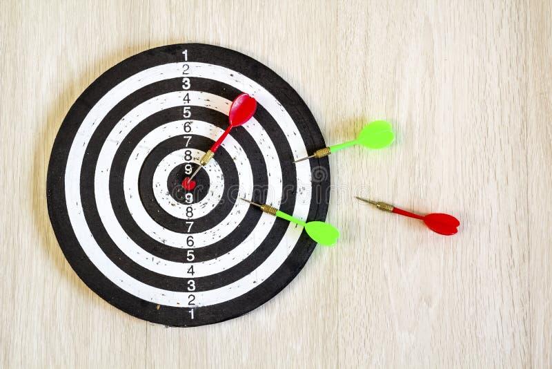 Βέλη στο βέλος στόχων στο ξύλινο υπόβαθρο Τοπ όψη στοκ εικόνες με δικαίωμα ελεύθερης χρήσης